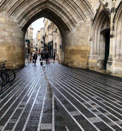 Bordeaux : à la Grosse Cloche, un dallage artistique posé sur le passé