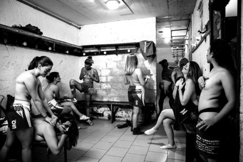 Dordogne : les filles du club de rugby d'Eymet posent torse nu contre le cancer du sein