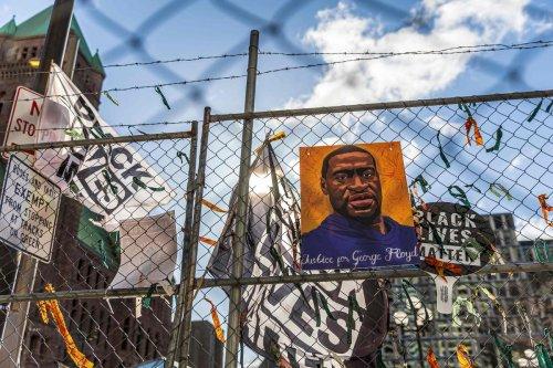États-Unis : Les jurés face à des images choc du supplice de George Floyd, filmées par les policiers