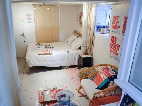 Les « excès » de la location temporaire dénoncés devant le siège parisien d'Airbnb