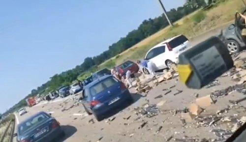 Vidéo. Après un carambolage entre camions, des automobilistes s'arrêtent pour récupérer la marchandise