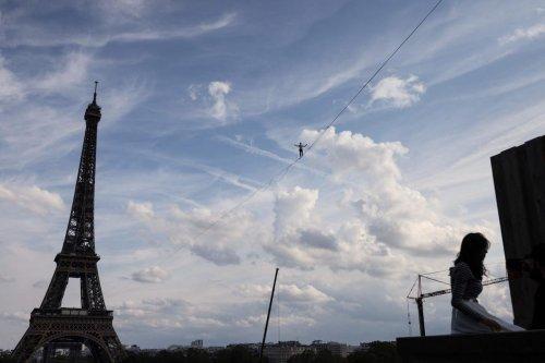 Insolite. Pieds nus, Nathan Paulin relie la tour Eiffel au théâtre de Chaillot