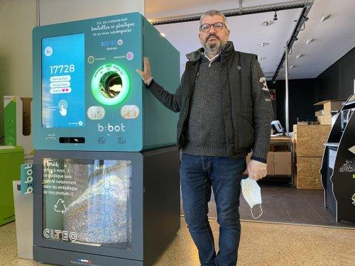 Gironde : au Super U de Bassens, une machine transforme les bouteilles en plastique en paillettes