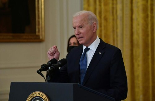 États-Unis : après l'euphorie des débuts, première passe difficile pour Biden