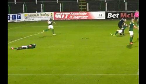 Vidéo. Football : furieux de l'égalisation, le gardien frappe son partenaire et se fait exclure