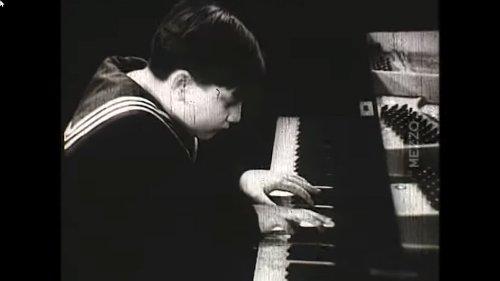 Der dicke Junge am Klavier