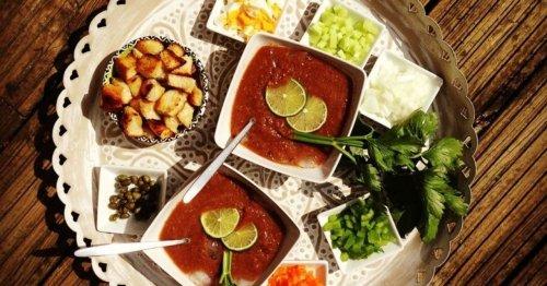Gazpacho-Tomatensuppe mit Croûtons und Ei