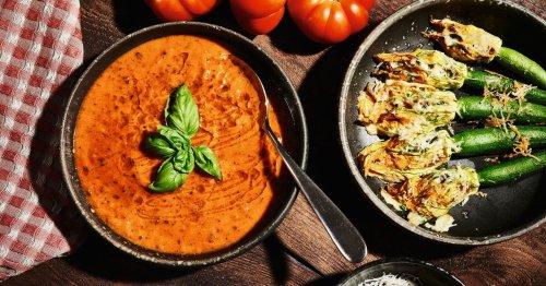 Rezept für Tomatensuppe mit gefüllten Zucchiniblüten