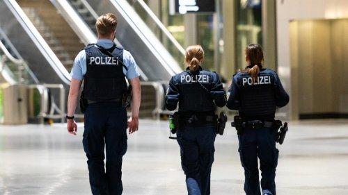 Flughafen München: Mann erleichtert sich vor Polizei