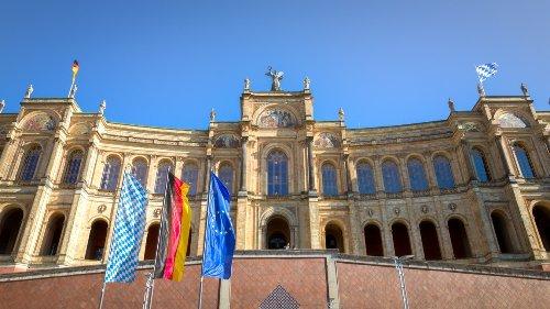 Bayerischer Landtag: AfD stört mit Plakaten Sitzung