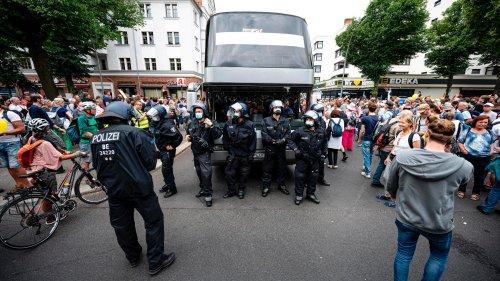 Polizei geht mit Pfefferspray gegen Querdenker vor