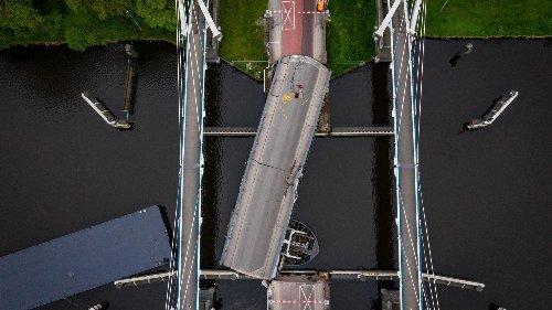 Niederlande: Deutsches Tankschiff rammt Brücke in Groningen