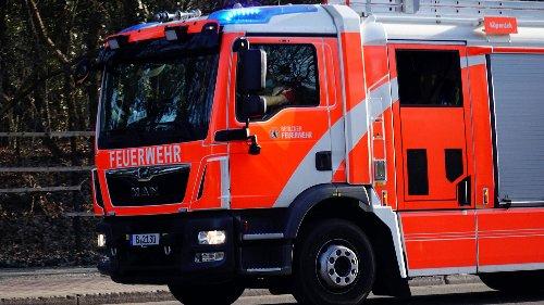 Feuerwehr löscht zwei Autos und Gebäudeteil