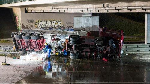 Tanklaster kippt um – Autobahn voll gesperrt