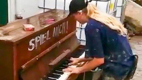 Helfer retten Klavier – dann passiert etwas Wundervolles