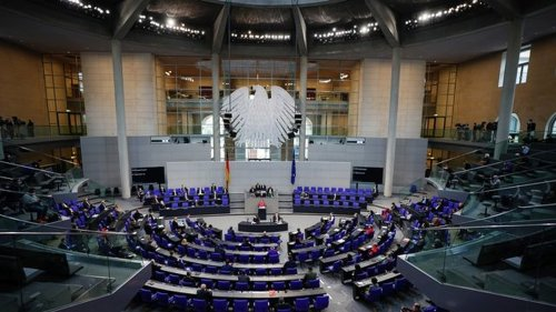 Debatte im Bundestag: Streit um Bundes-Notbremse - Engpässe auf Intensivstationen