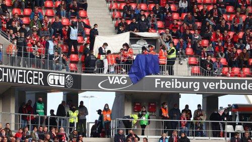 Bundesliga: Schock auf der Tribüne – Notarzt-Einsatz bei Freiburg-Spiel