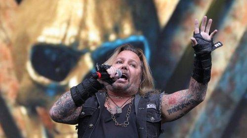 Mötley Crüe-Sänger fällt bei Konzert von der Bühne