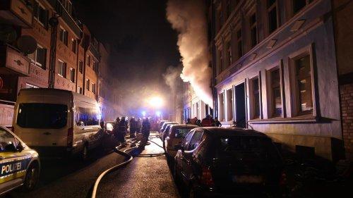 Mann stirbt bei Sprung aus brennendem Haus