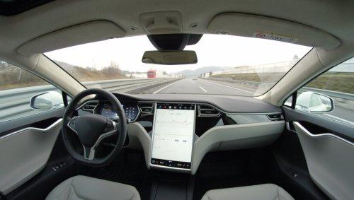 Kurioser Fehler: Tesla hält Mond für Ampel