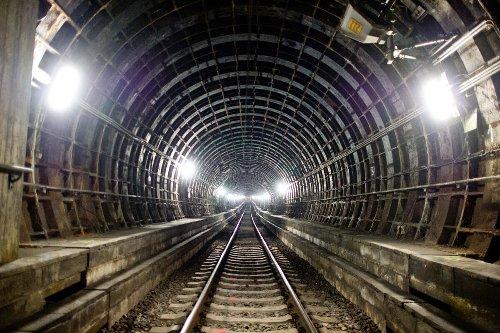 Weil er keine Fahrkarte hatte: Mann flüchtet vor Kontrolle in S-Bahn-Tunnel