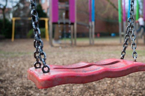 13-Jähriger setzt sich auf Schaukel für Kleinkinder, dann folgt prompt die Strafe
