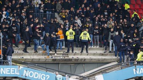 Tribüne bricht unter hüpfenden Fans zusammen