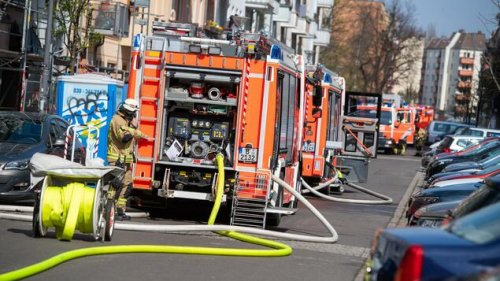 Feuerwehr löscht brennendes Dachgeschoss in Berlin-Friedrichshain