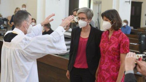Katholische Pfarrer segnen homosexuelle Paare trotz Verbots