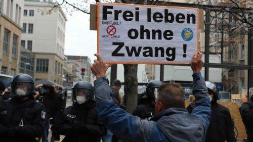 """Deutlich weniger Teilnehmer bei """"Querdenker""""-Protest in Berlin als erwartet"""