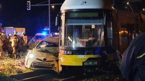 Auto und Tram kollidieren in Berlin-Lichtenberg – ein Mensch stirbt