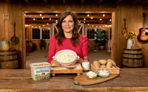"""Martina McBride's Recipe for """"Kansas Creamy Mashed Potatoes"""" Is Just Heavenly"""