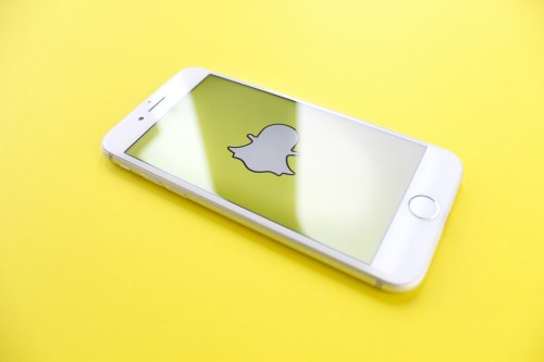 How to create a video chat with others on Snapchat?