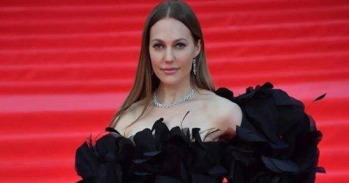 На первом плане — стройность: Мерьем Узерли в мерцающем платье с рукавами-воланами появилась на фестивале в Москве