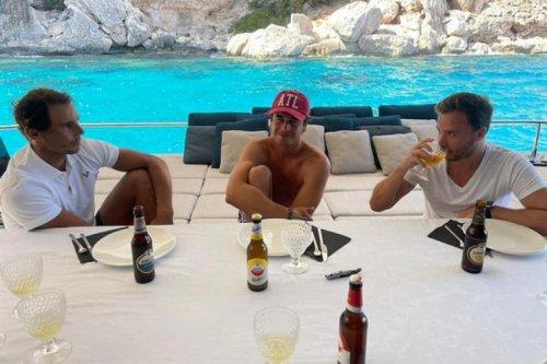 Rafael Nadal passe du temps avec ses amis sur un bateau.