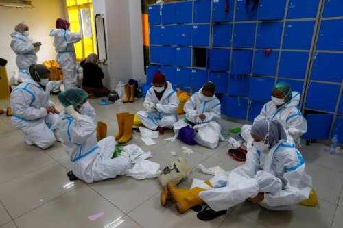 Hundreds of vaccinated Indonesian health workers contract COVID-19, dozens in hospital