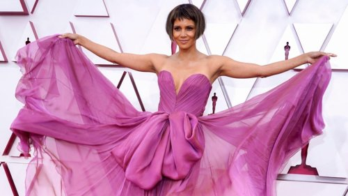 Halle Berry debuted a new banged bob, and fans have questions - TheGrio