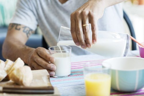 Soy MiIk vs. Almond Milk: How Does Their Nutrition Compare?