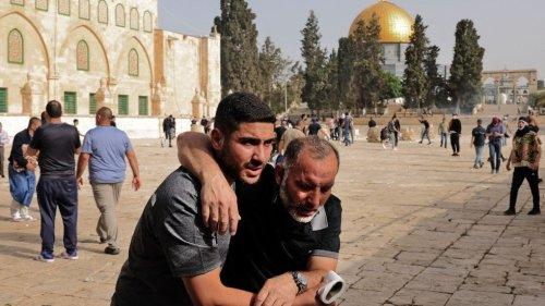 Hundreds of Palestinians hurt in clash at Jerusalem holy site