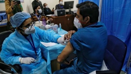 Covid vaccine registration for healthcare, frontline workers resumes but only at govt centres