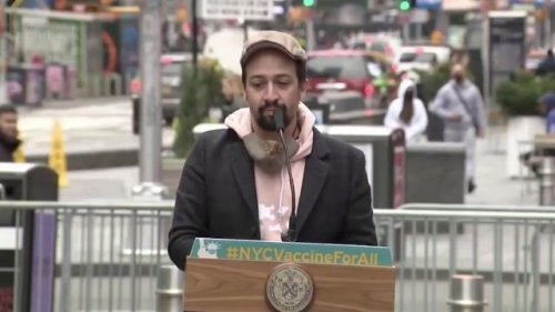 """Broadway star Lin-Manuel Miranda at new NYC vax site: """"We want to gather again & we want to tell stories in the dark."""""""