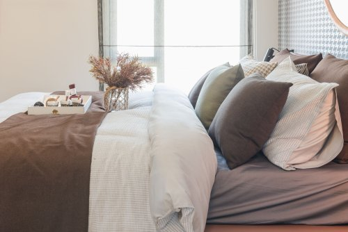 3 Reasons Experts Say Top Sheets Are the Worst