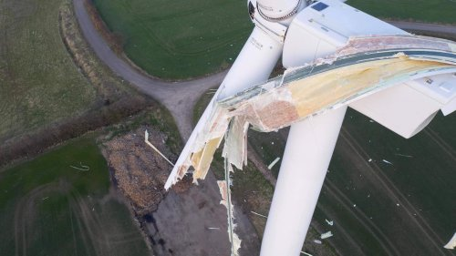"""Councillor calls for plan to fix broken wind turbine – four months after """"catastrophic failure"""" left blade hanging"""