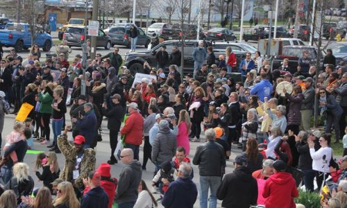 Large crowd defies provincial gathering ban at Barrie rally