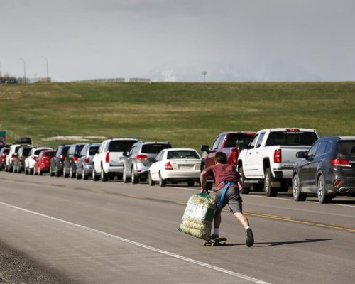 'Absolutely beautiful': Albertans line up at U.S. border for COVID-19 vaccinations