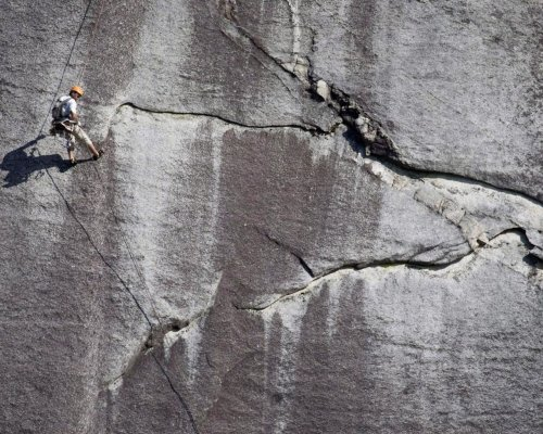 Tons of rock break off Stawamus Chief in Squamish, B.C., possibly due to heat