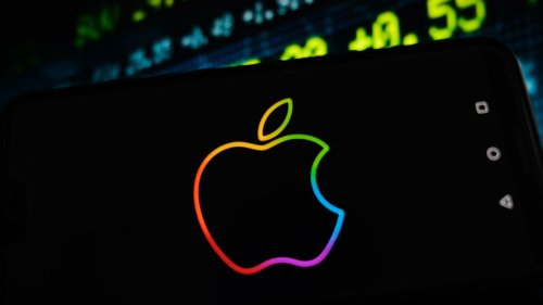 Apple Hovers Near Record High Ahead of Earnings; iPhone Sales In Focus