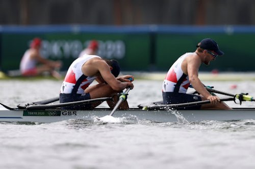Tokyo 2020: Watch Team GB nearly CRASH in steering disaster in coxless four