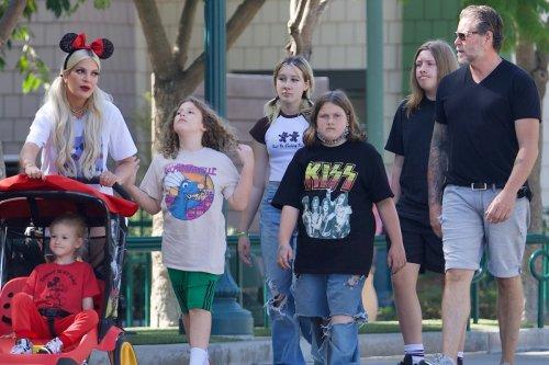 Tori Spelling looks furious with Dean McDermott & five kids at Disneyland