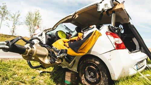 Thüringen: Auto überschlägt sich mehrfach auf B2 – Gaffer glotzen von Brücke